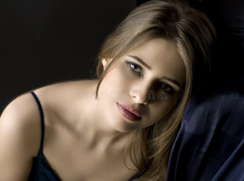 Portret van een jonge droevige vrouw royalty-vrije stock afbeeldingen