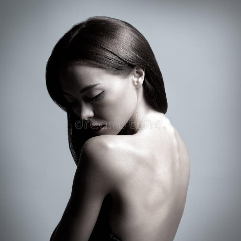 Portret van een jonge en aantrekkelijke donkerbruine vrouw royalty-vrije stock foto's