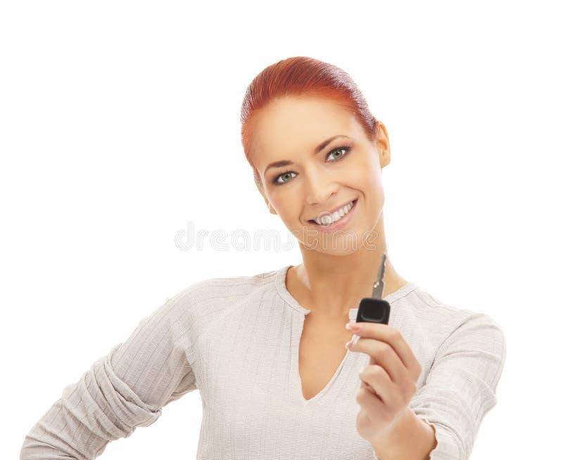 Portret van een jonge en gelukkige vrouw die een sleutel houden royalty-vrije stock foto