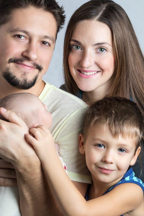 Portret van een jonge familie royalty-vrije stock afbeeldingen