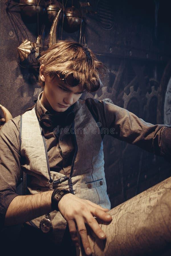 Portret van een jonge gekke wetenschapperreiziger in een steampunkstijl stock foto's