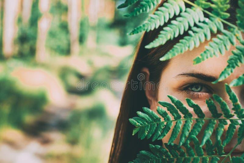Portret van een Jonge Gelukkige van de het Meisjesvrouw van het Schoonheids Rode Haar Holding Fern Leaf Up To Face in het Bos van stock afbeelding