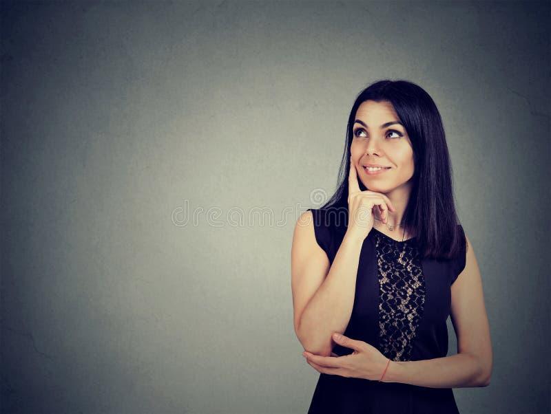 Portret van een jonge gelukkige en vrouw die glimlachen denken stock foto's