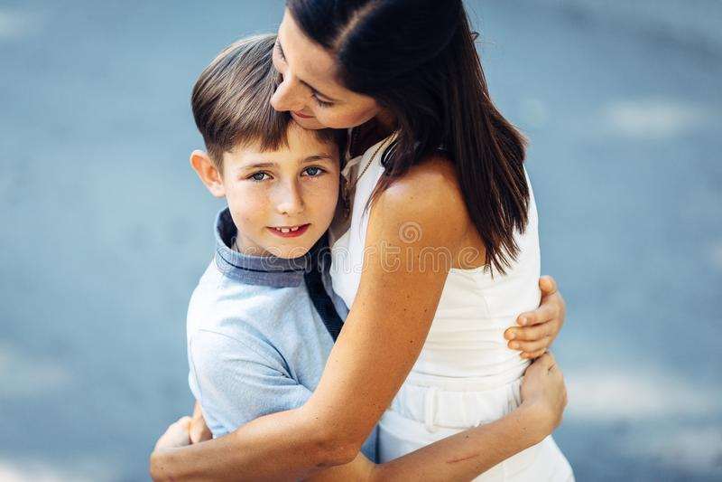 Portret van een jonge gelukkige moeder en haar weinig zoon royalty-vrije stock afbeeldingen