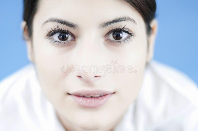 Portret van een jonge gelukkige vrouw stock foto's