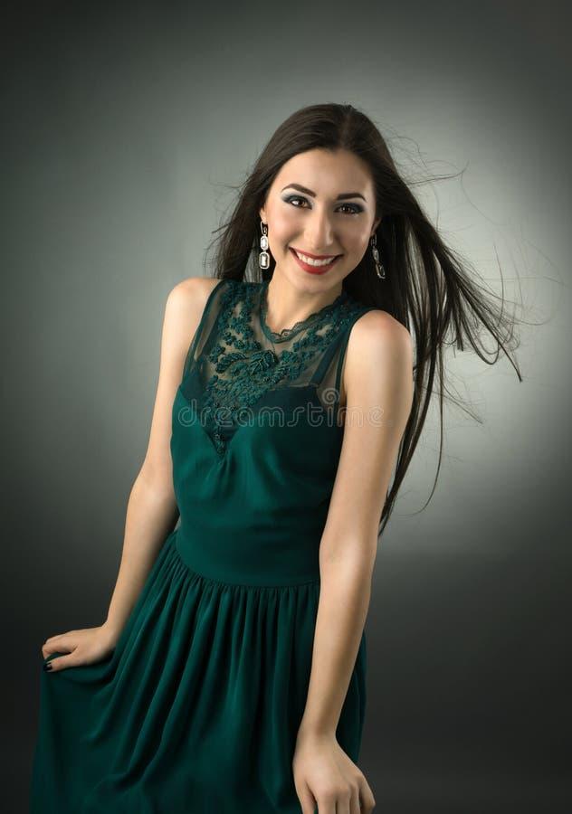 Portret van een jonge gelukkige vrouw stock foto