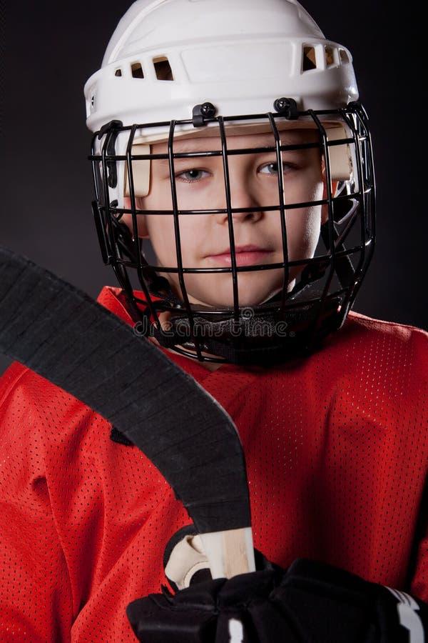 Portret van een jonge glimlachende ijshockeyspeler stock afbeelding