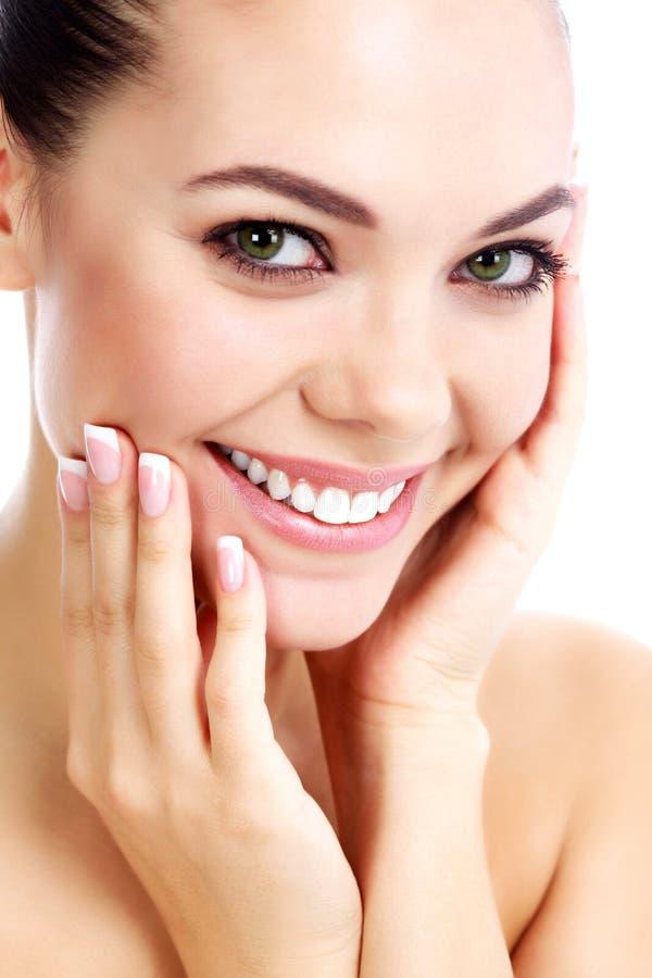 Portret van een jonge glimlachende vrouw stock afbeelding
