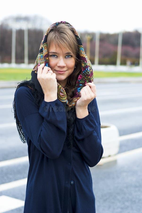 Portret van een jonge glimlachende vrouw stock foto's