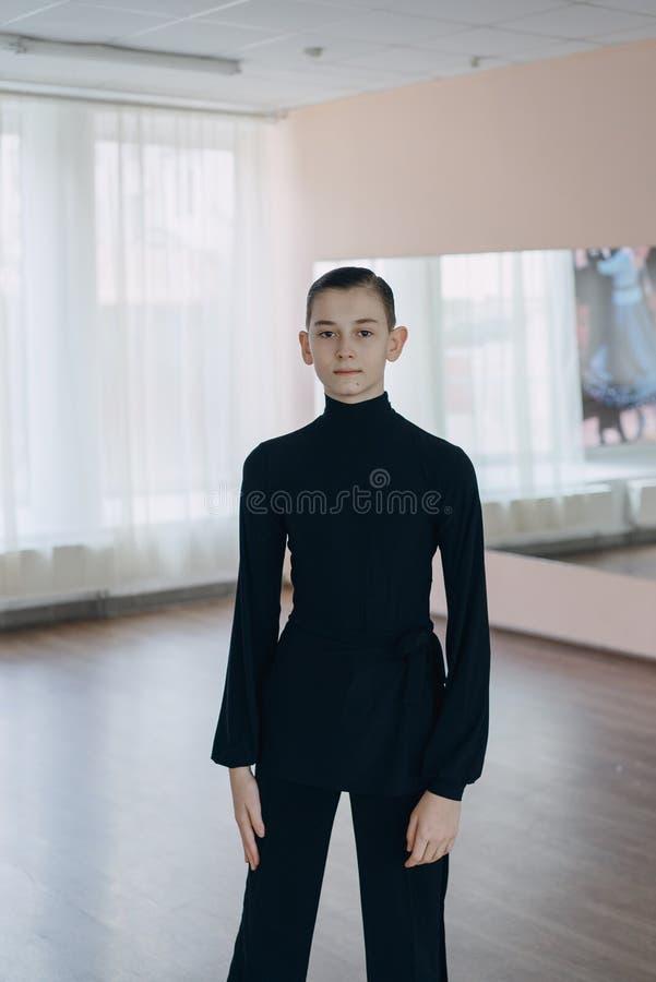 Portret van een jonge jongen die met het dansen bezig geweest is stock afbeeldingen
