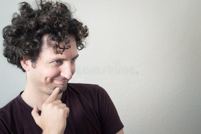 Portret van een jonge, Kaukasische, donkerbruine, krullende haired mens met mo royalty-vrije stock foto's