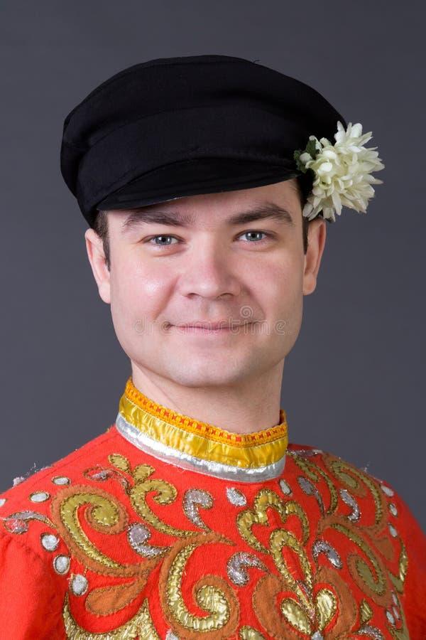 Portret van een jonge kerel die een volks Russisch kostuum dragen stock foto's