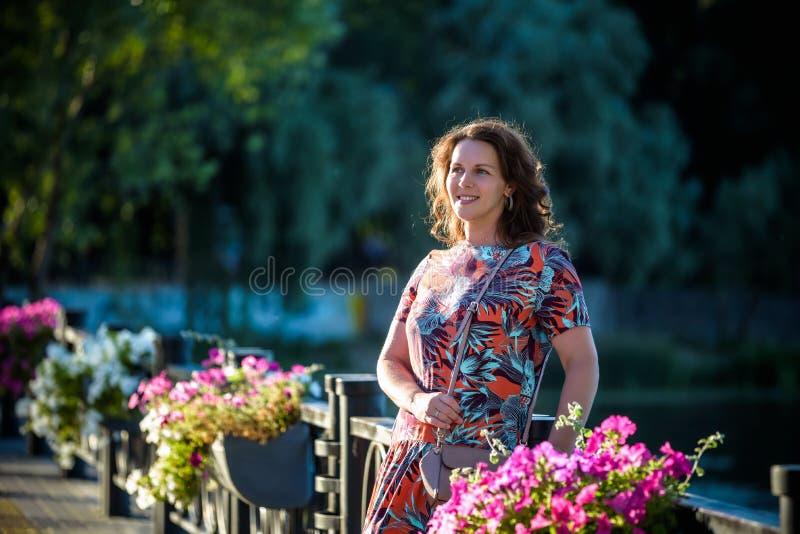 Portret van een jonge knappe Kaukasische rustig roodharigevrouw die in camera, - sereniteit, onbezorgd concept kijkt royalty-vrije stock foto