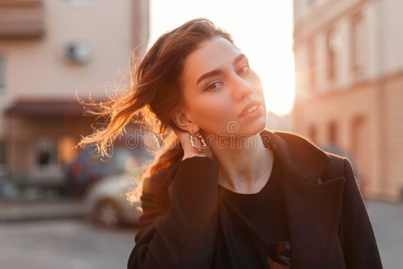 Portret van een jonge leuke aantrekkelijke vrouw met een modieus kapsel met mooie ogen met sexy lippen in modieuze zwarte kleren stock afbeelding