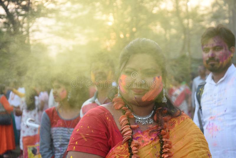 Portret van een jonge meisje het spelen holi met kleuren en gulal stock fotografie
