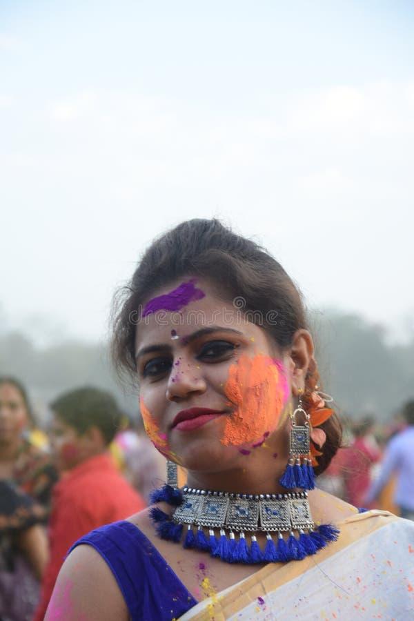 Portret van een jonge meisje het spelen holi met kleuren en gulal stock foto's