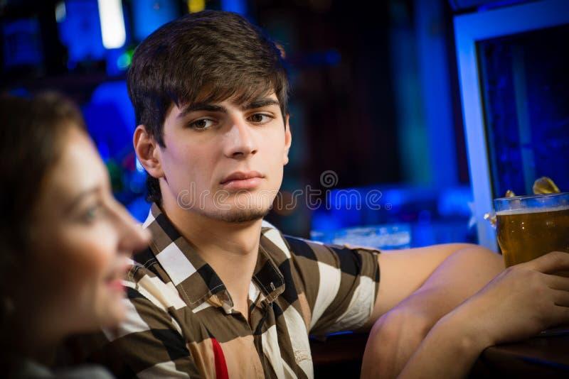 Portret van een jonge mens bij de bar royalty-vrije stock foto's