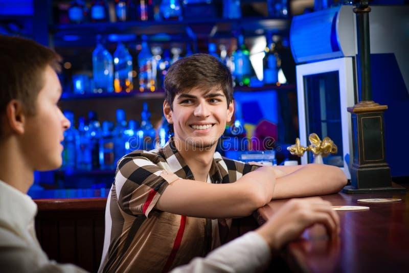 Portret van een jonge mens bij de bar stock foto