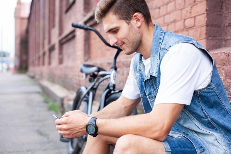 Portret van een in jonge mens in de stad royalty-vrije stock fotografie