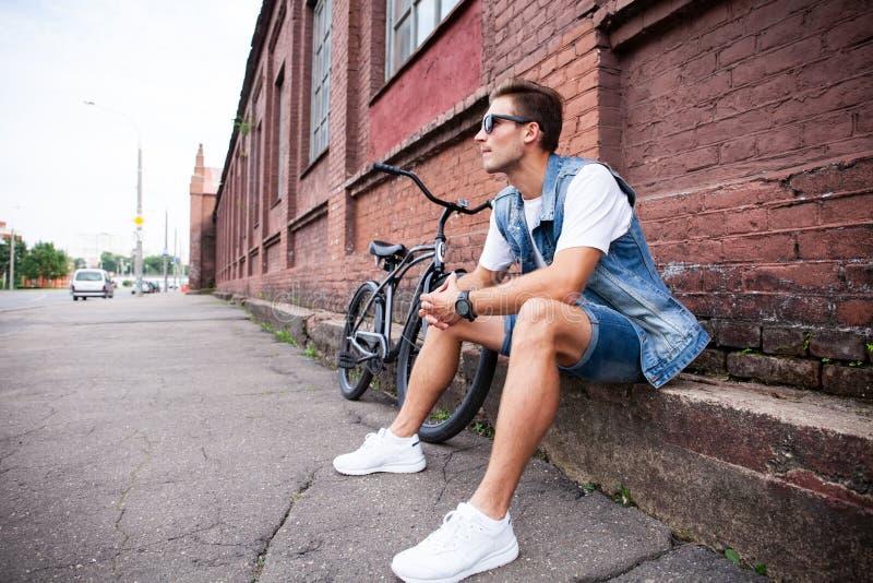 Portret van een in jonge mens in de stad royalty-vrije stock afbeelding