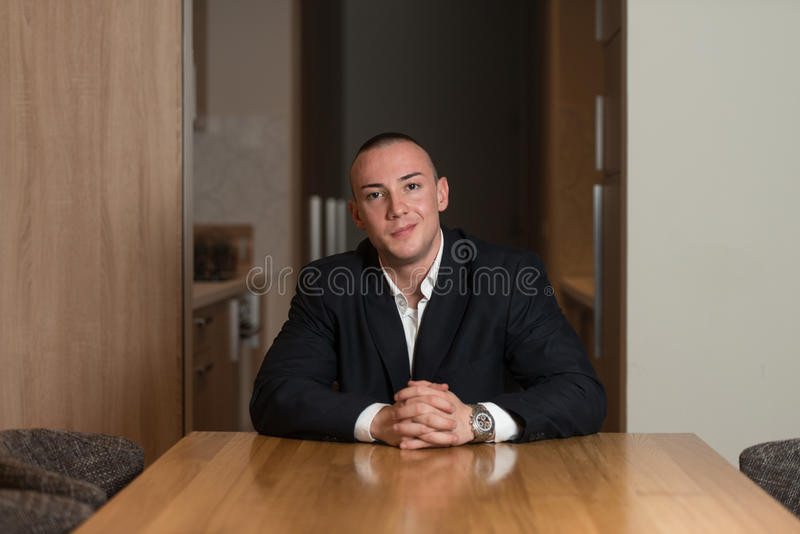 Portret van een Jonge Mens die binnenshuis glimlachen royalty-vrije stock fotografie