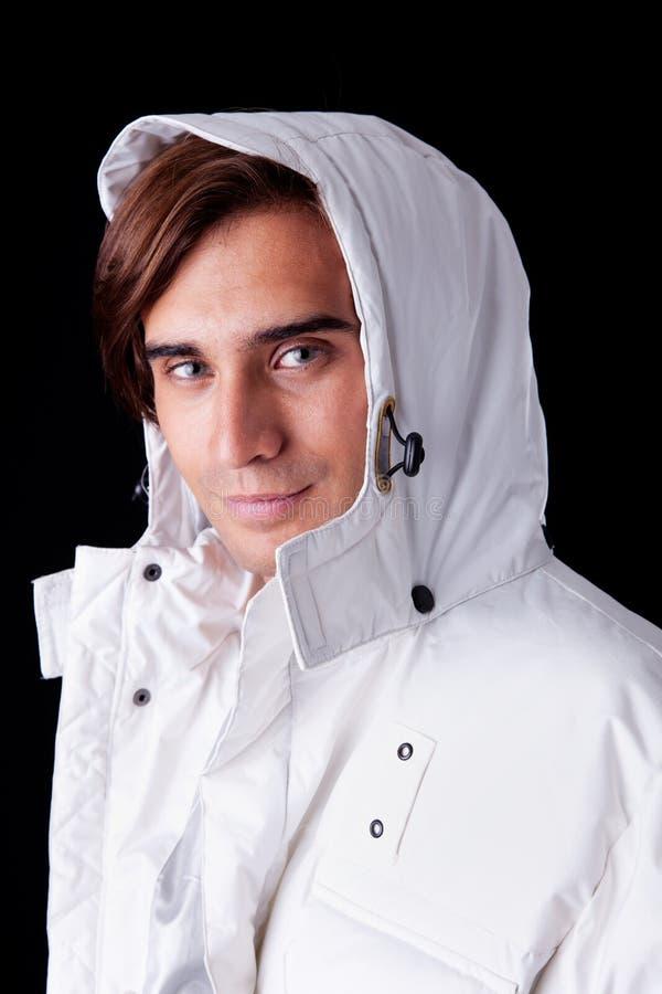 Portret van een jonge mens die een witte laag draagt royalty-vrije stock foto
