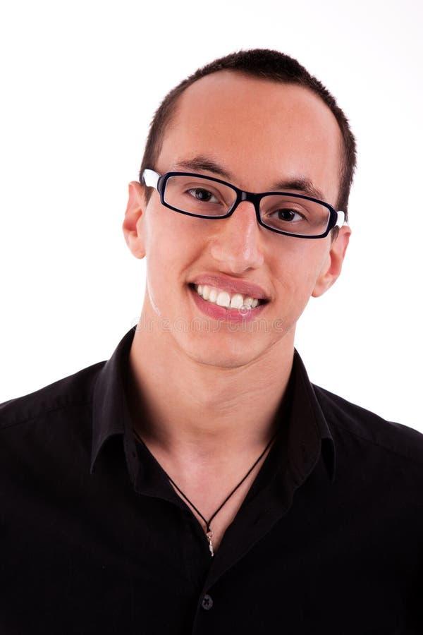 Portret van een jonge mens die met glasse glimlacht stock afbeeldingen