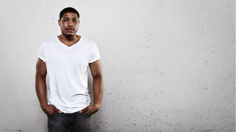 Portret van een jonge mens die witte t-shirt dragen stock afbeeldingen