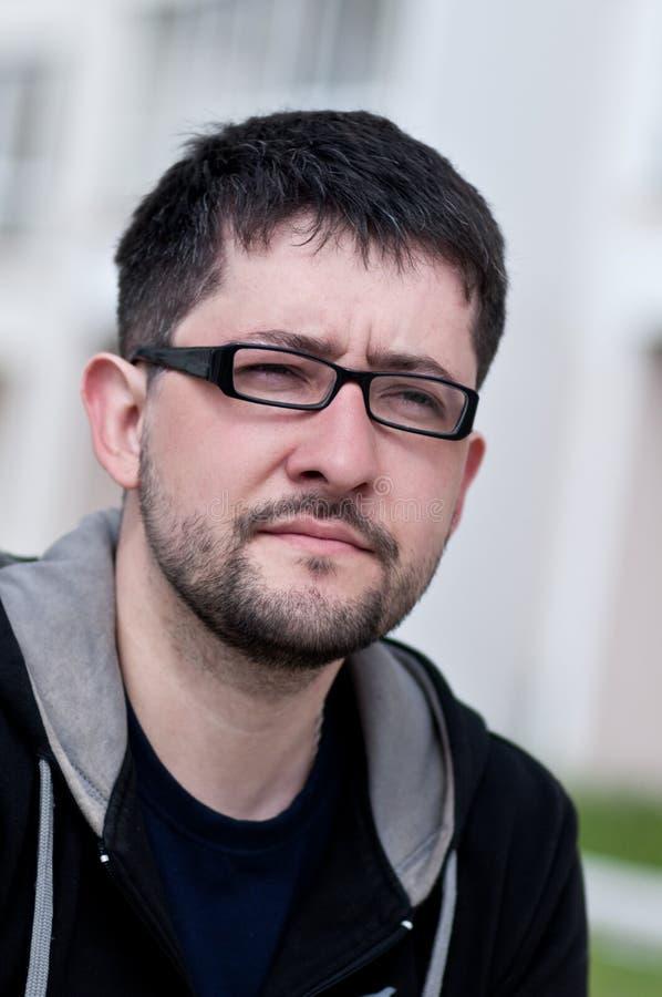 Portret van een jonge mens met baard die glazen draagt royalty-vrije stock afbeeldingen