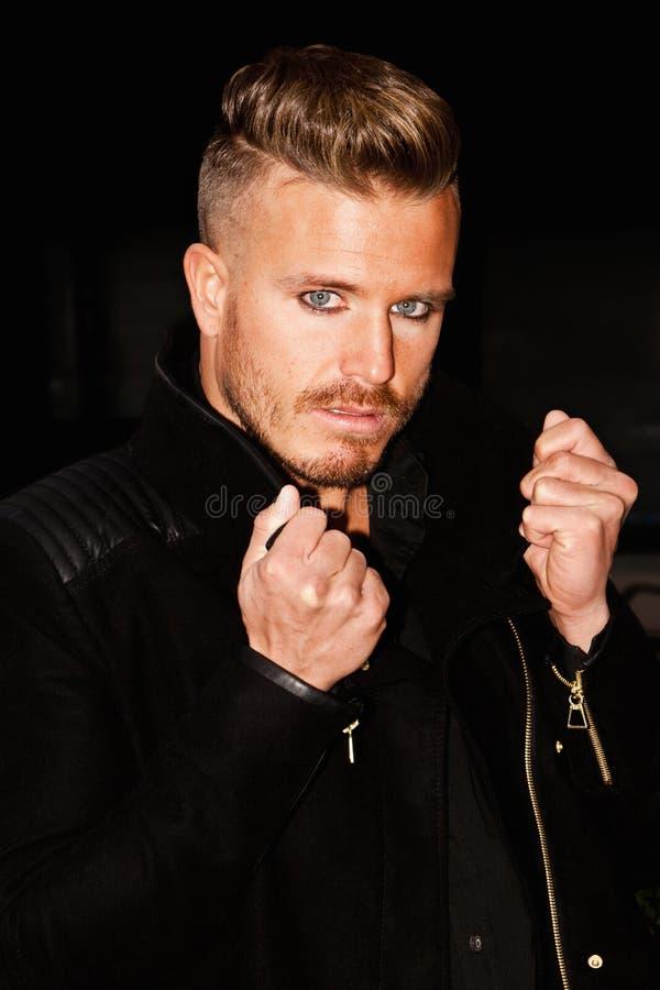 Portret van een jonge mens met blauwe ogen royalty-vrije stock afbeeldingen