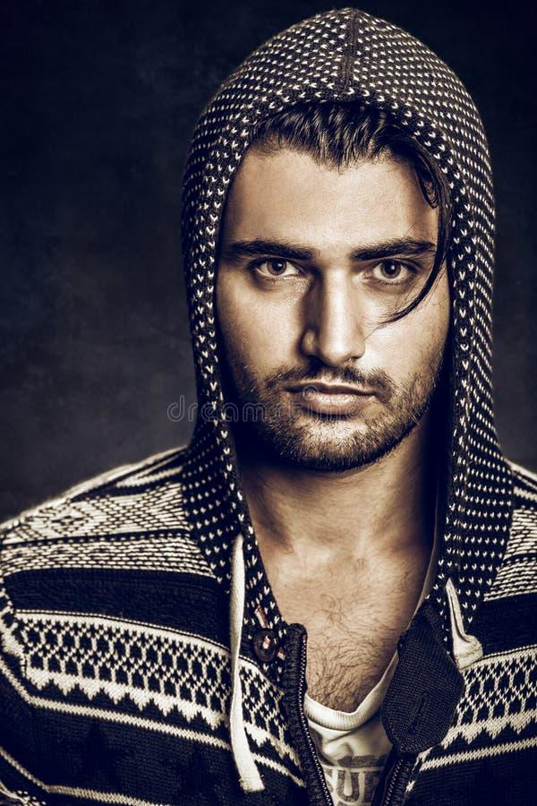 Portret van een jonge mens met sweatshirt met een kap Baard en modieus haar stock foto's