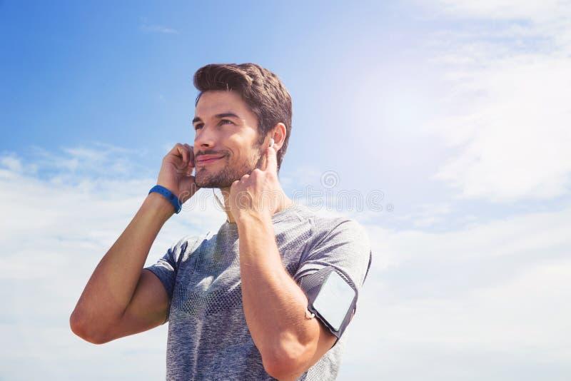 Portret van een jonge mens in sportenslijtage in openlucht stock foto's
