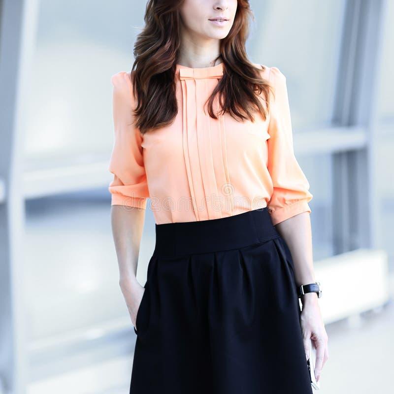 Portret van een jonge moderne vrouw die zich in het bureau bevinden royalty-vrije stock fotografie