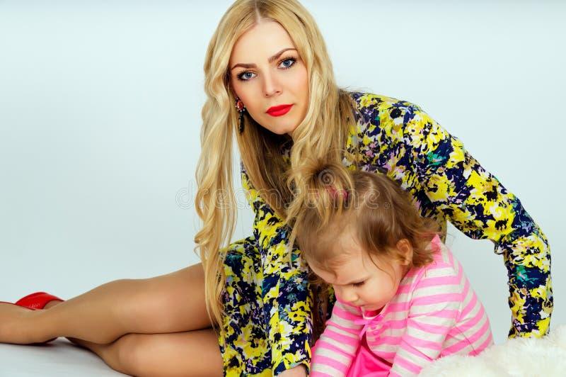 Portret van een jonge moeder en een dochter royalty-vrije stock foto