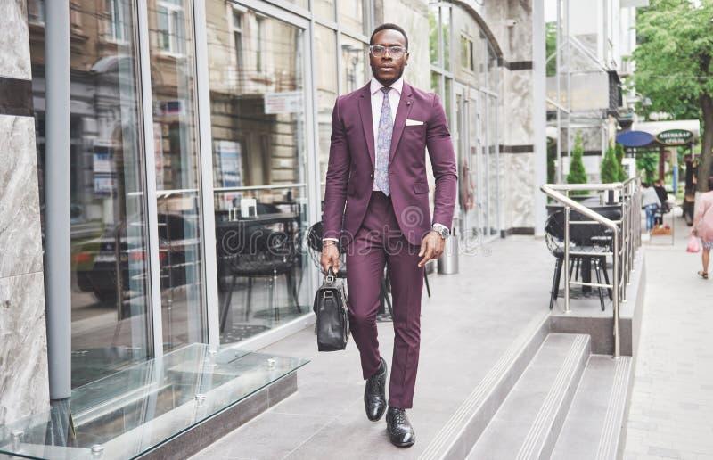Portret van een jonge mooie Afrikaanse Amerikaanse zakenman met een aktentas stock foto's