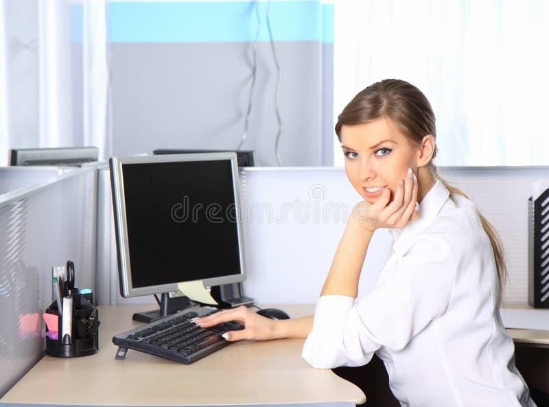 Portret van een jonge mooie bedrijfsvrouw stock afbeelding
