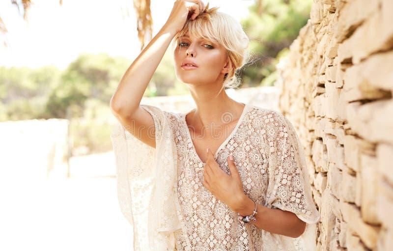 Portret van een jonge mooie blonde vrouw royalty-vrije stock afbeeldingen