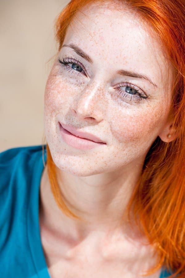 Portret van een jonge mooie freckled roodharigevrouw royalty-vrije stock foto