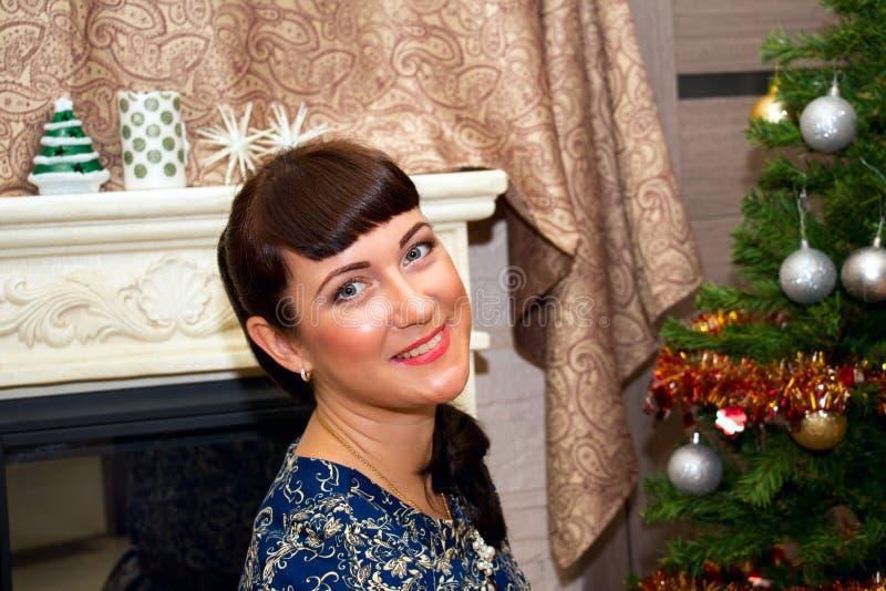 Portret van een jonge mooie glimlachende vrouw royalty-vrije stock foto's