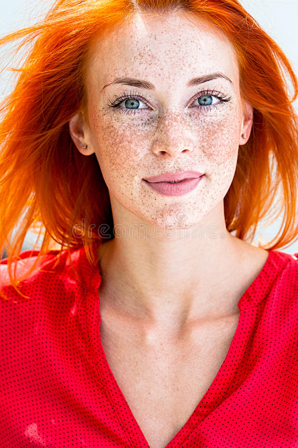Portret van een jonge mooie redhead vrouw stock foto's