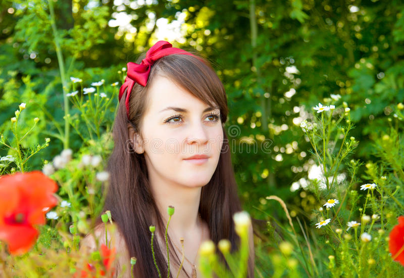 Portret van een jonge mooie vrouw in aard stock foto