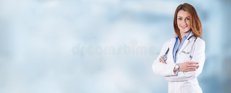 Portret van een jonge mooie vrouw arts op een blauwe achtergrond royalty-vrije stock afbeeldingen