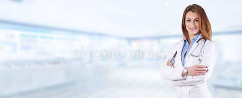 Portret van een jonge mooie vrouw arts op een blauwe apotheekbedelaars royalty-vrije stock foto