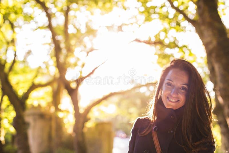 Portret van een jonge mooie vrouw bij zonsondergang in bos zij I royalty-vrije stock fotografie