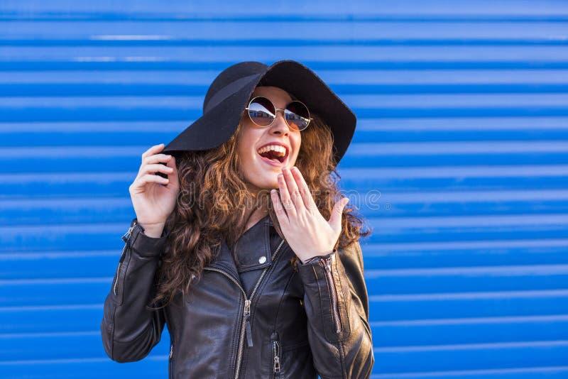 Portret van een jonge mooie vrouw met modieuze hoed en sunglas stock afbeelding