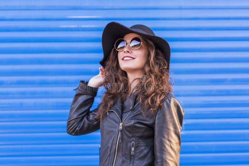 Portret van een jonge mooie vrouw met modieuze hoed en sunglas stock foto