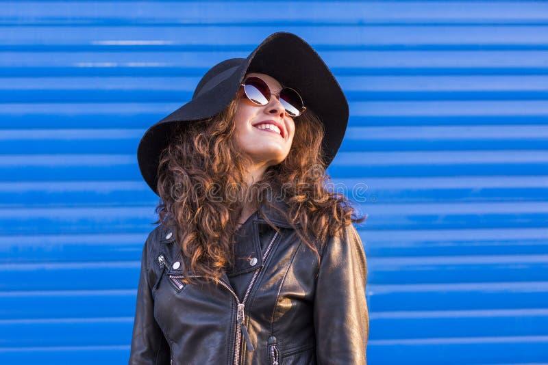 Portret van een jonge mooie vrouw met modieuze hoed en sunglas royalty-vrije stock foto