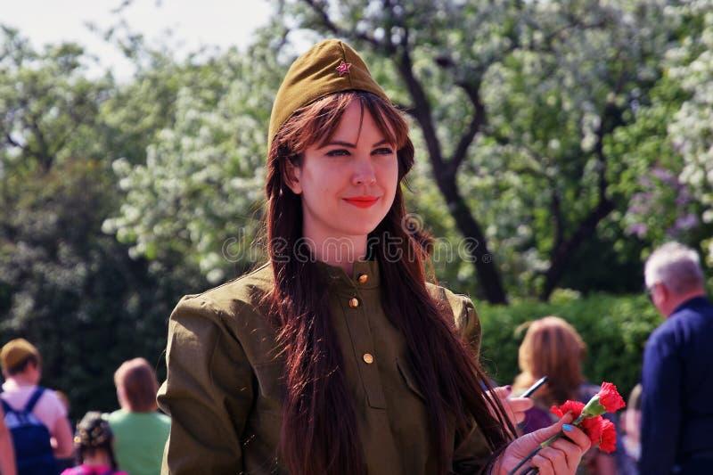 Portret van een jonge mooie vrouw in militaire eenvormig royalty-vrije stock afbeeldingen