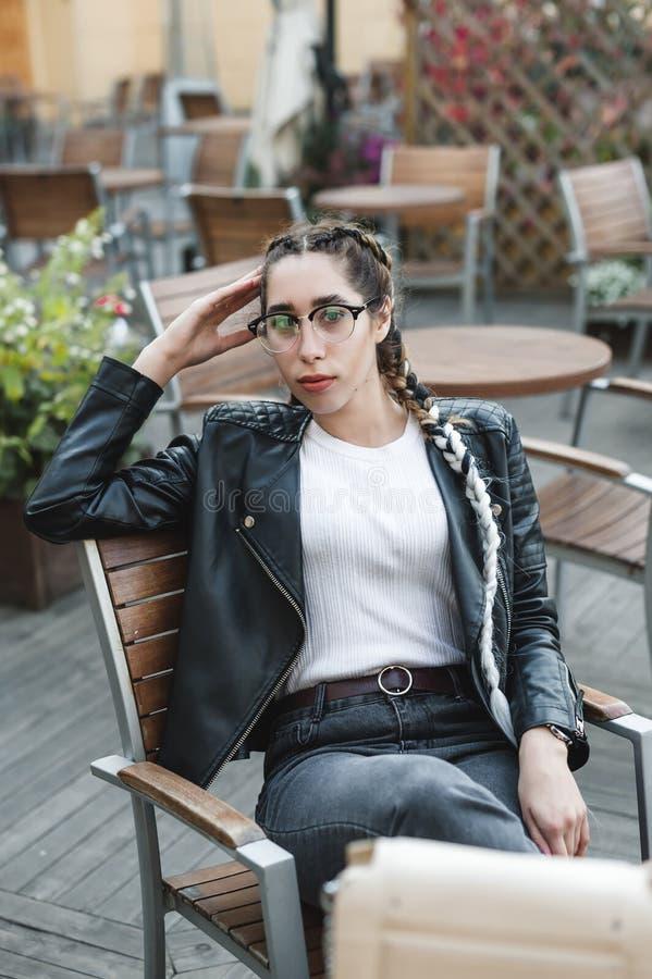 Portret van een jonge mooie vrouw op straat, het model stellen, stedelijke de straatmanier van vrouwen royalty-vrije stock fotografie