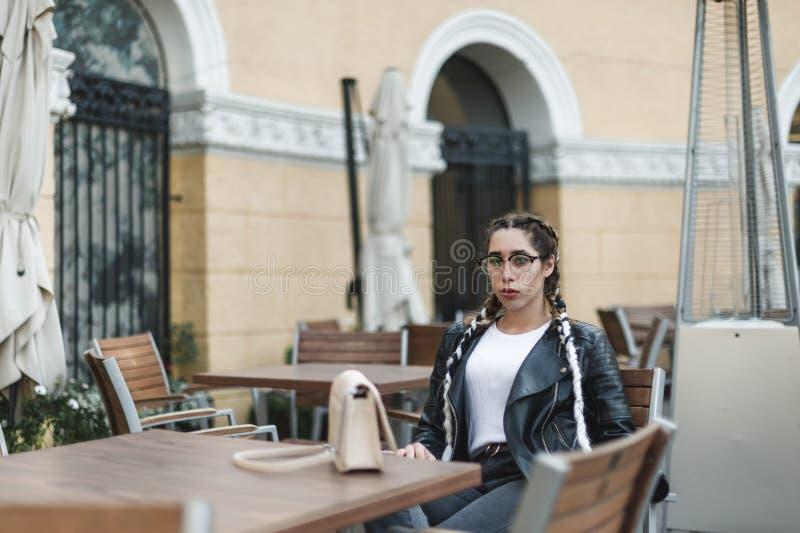 Portret van een jonge mooie vrouw op straat, het model stellen, stedelijke de straatmanier van vrouwen stock afbeeldingen